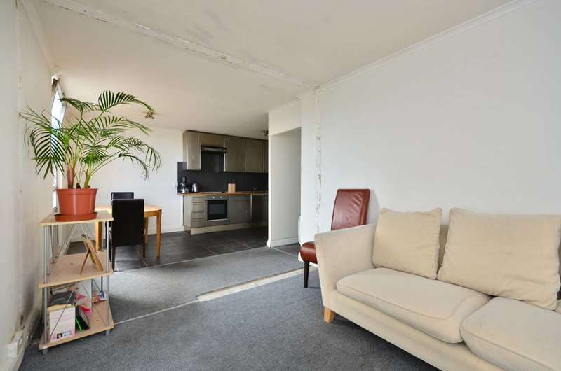 2 Bedrooms Flat for sale in Bramlands Close, Clapham Junction, SW11