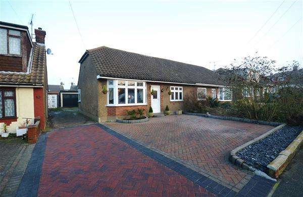 4 Bedrooms Bungalow for sale in Wheatley Road, Corringham