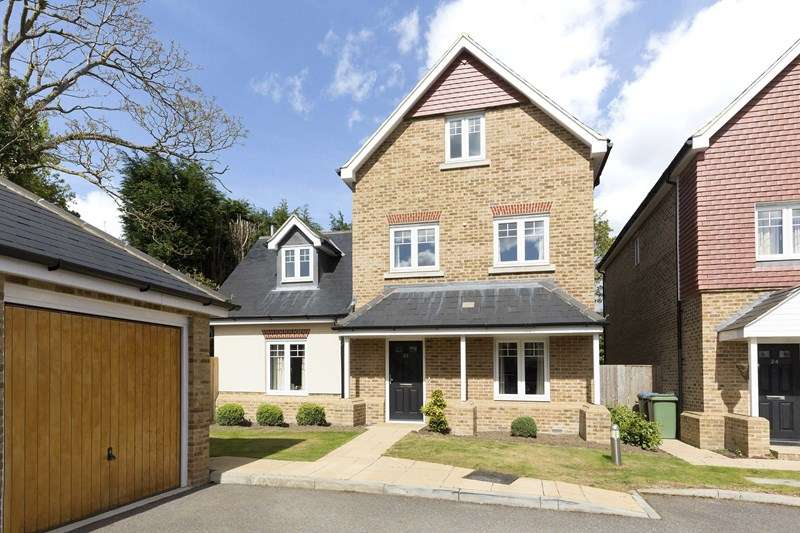 4 Bedrooms Detached House for sale in Halcyon Close, Oxshott
