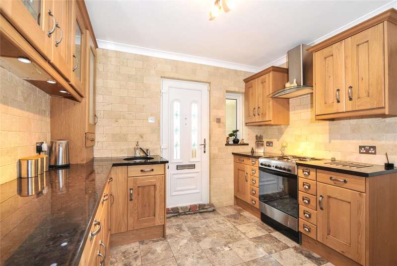 3 Bedrooms Bungalow for sale in Cippenham Lane, Slough, Berkshire, SL1