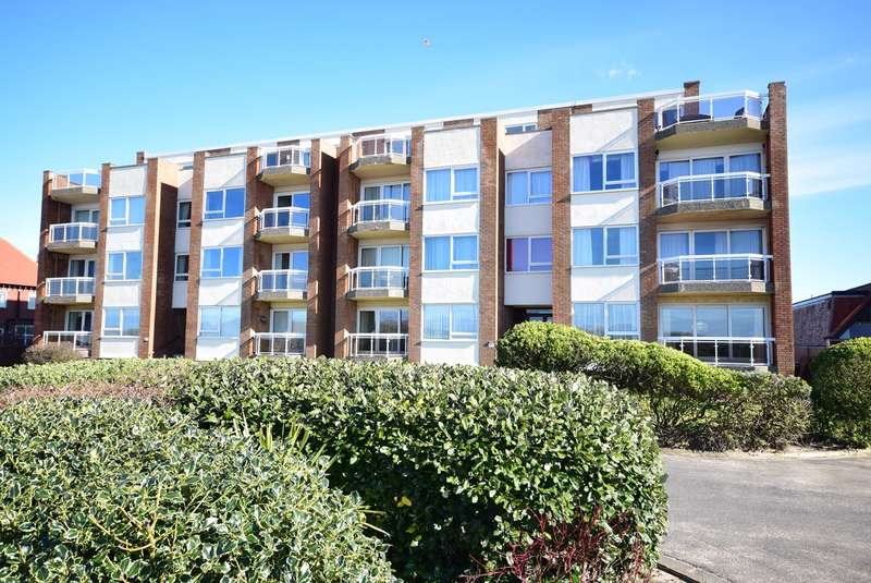 3 Bedrooms Flat for sale in North Promenade, Lytham St Annes, FY8
