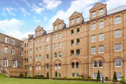 3 Bedrooms Apartment Flat for sale in Deerhurst Court, 4 Holborn Close, London