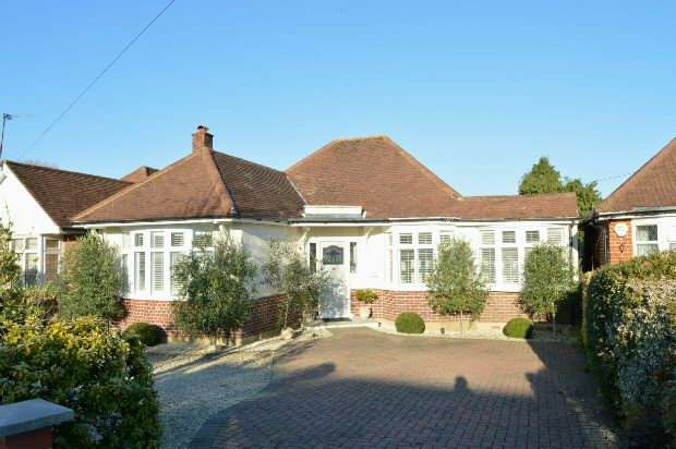 3 Bedrooms Detached Bungalow for sale in Manor Drive, Ewell Court, Epsom