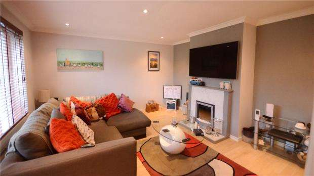 3 Bedrooms Semi Detached House for sale in Longfield Road, Ash, Surrey