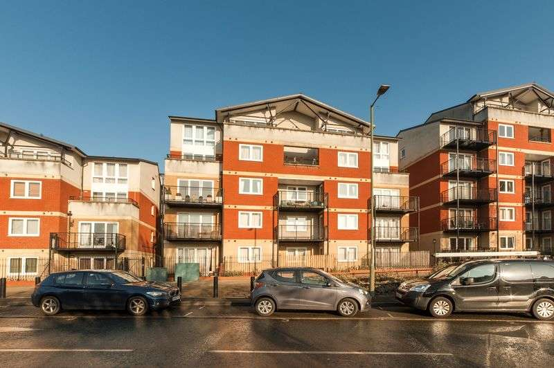 2 Bedrooms Flat for sale in Penn Place, Northway, Rickmansworth, WD3 1QA