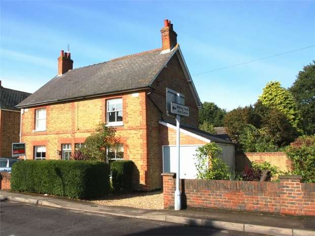 3 Bedrooms Semi Detached House for sale in Knaphill, Woking, Surrey