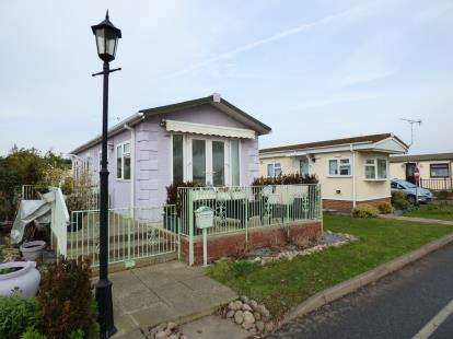 1 Bedroom Bungalow for sale in Creek Road, Canvey Island, Essex