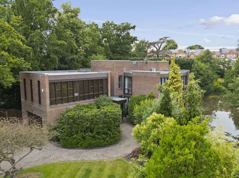 5 Bedrooms Detached House for sale in Lakeside Drive, Esher