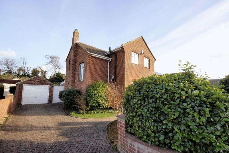 4 Bedrooms Detached House for sale in Pilgrims Way, Hill Head, PO14