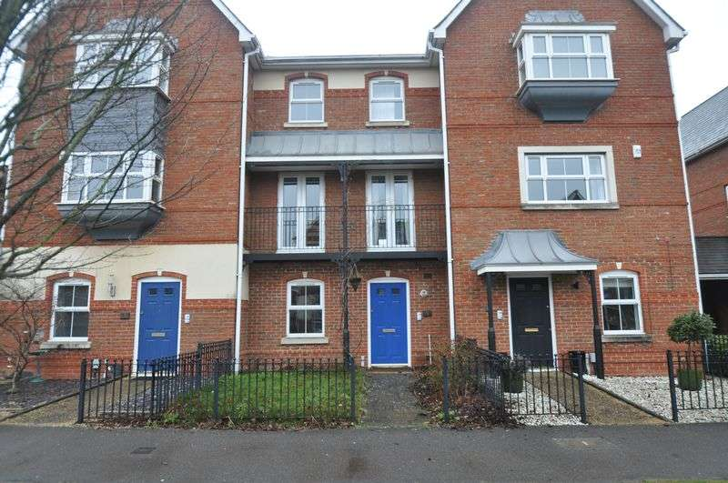 4 Bedrooms Terraced House for sale in Turners Avenue, Elvetham Heath, Fleet