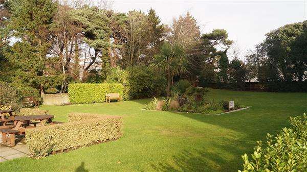 2 Bedrooms Apartment Flat for sale in Bourne Pines, Bournemouth