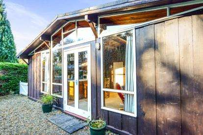 2 Bedrooms Bungalow for sale in Penarwel Chalets, Llanbedrog, ., Gwynedd, LL53