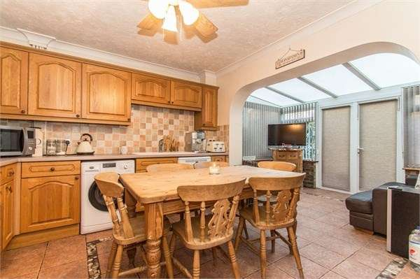 3 Bedrooms Detached House for sale in St Annes Road, Canvey Island, SS8