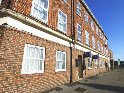 2 Bedrooms Flat for sale in Stoke Road, Gosport, Hampshire