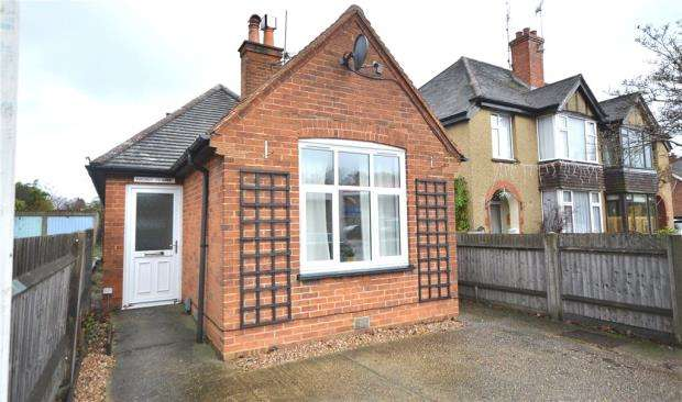 2 Bedrooms Detached Bungalow for sale in Reading Road South, Fleet, Hampshire