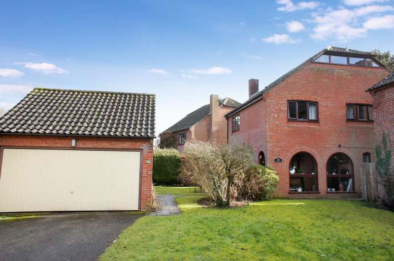 4 Bedrooms Detached House for sale in Lomond Close, Oakley, Hampshire, RG23 7JZ