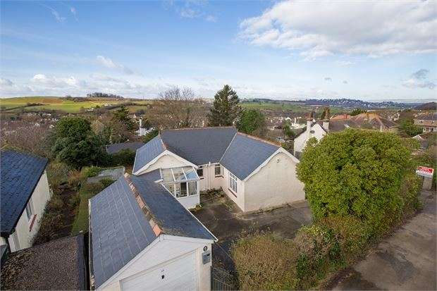 3 Bedrooms Detached Bungalow for sale in Vale Road, Kingskerswell, Newton Abbot, Devon. TQ12 5AE