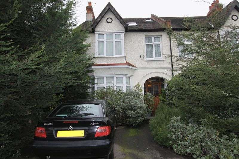4 Bedrooms Semi Detached House for sale in Lynwood Drive, Worcester Park