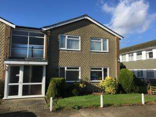 2 Bedrooms Flat for sale in Holly Court, Storrington, Pulborough, West Sussex