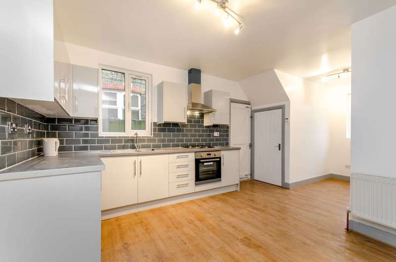 2 Bedrooms Flat for sale in Hythe Road, Thornton Heath, CR7