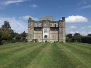 3 Bedrooms Flat for sale in Beedings Castle, Nutbourne Lane, Nutbourne, Pulborough, West Sussex