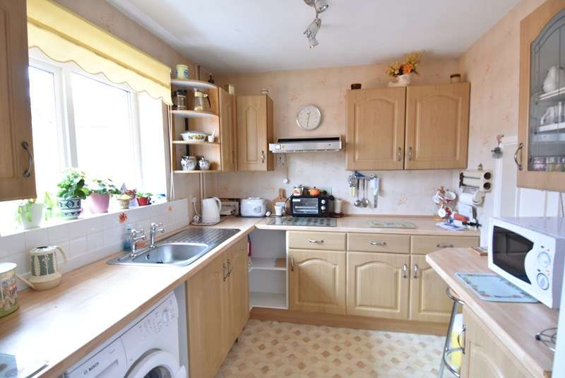 2 Bedrooms Detached Bungalow for sale in York Avenue, Droitwich