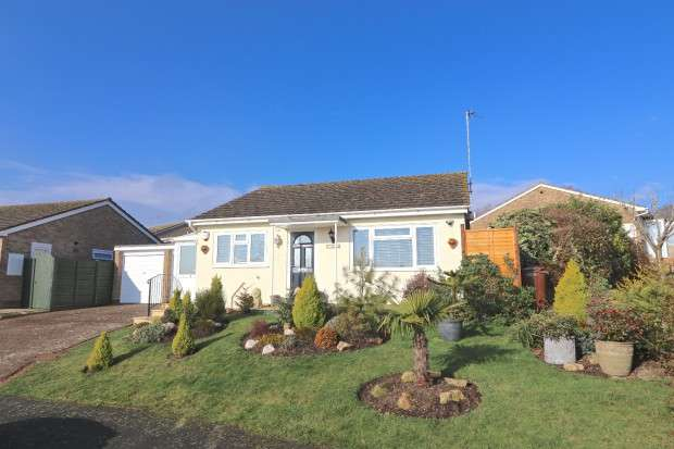 2 Bedrooms Bungalow for sale in Robin Close, Eastbourne, BN23
