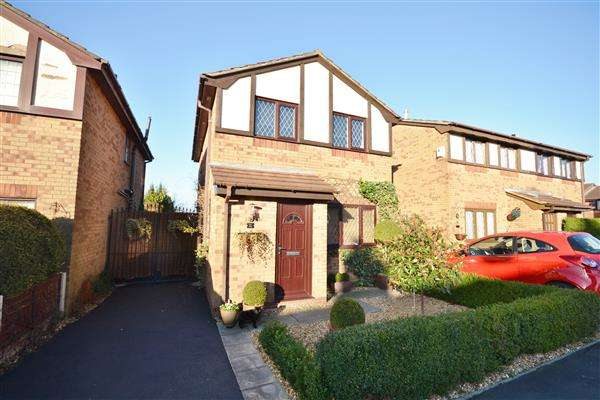 3 Bedrooms Detached House for sale in Pennine Road, Chorley, Chorley