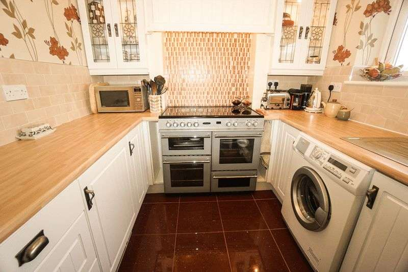 2 Bedrooms Flat for sale in Corston Grove, Blackrod