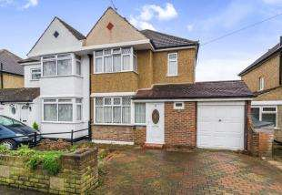 3 Bedrooms Semi Detached House for sale in Somerset Avenue, Chessington, Surrey, United Kingdom