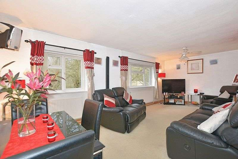 2 Bedrooms Flat for sale in Exeter Close, Tilgate, CRAWLEY, West Sussex