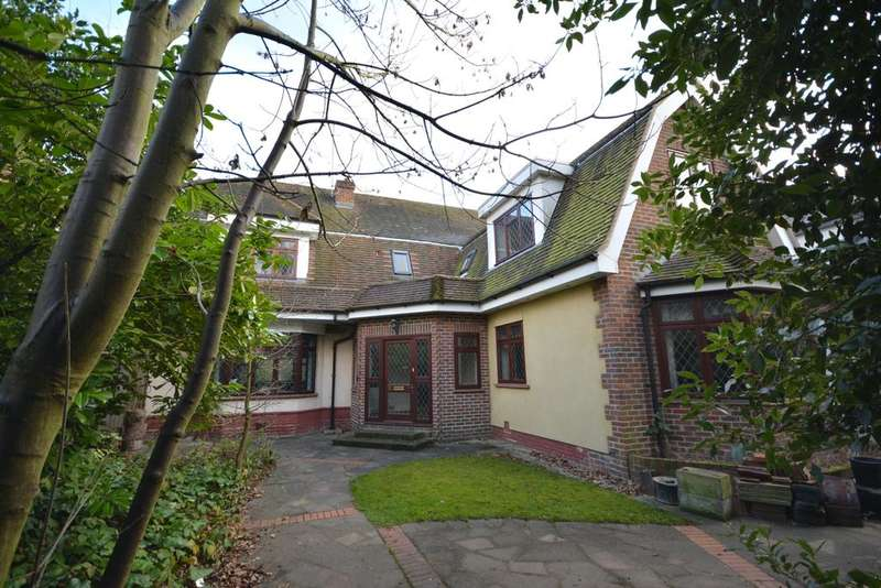 5 Bedrooms Detached House for sale in Ardleigh Green Road, Borders of Emerson Park, Hornchurch RM11