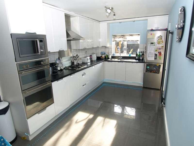 3 Bedrooms Semi Detached House for sale in Abbey Way, Bradville, Milton Keynes, Buckinghamshire