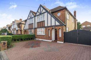 3 Bedrooms House for sale in Columbia Avenue, Worcester Park, Surrey, United Kingdom