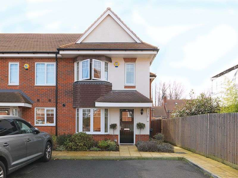 3 Bedrooms House for sale in Soprano Way, Esher, KT10