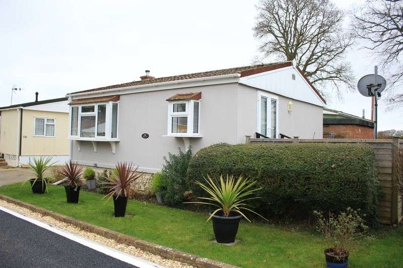 2 Bedrooms Retirement Property for sale in MM Sales and Lettings are delighted to offer this well-presented, two bedroom mobile home, situated on the outskirts of Marchwood, Southampton.
