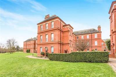 4 Bedrooms Flat for sale in Brandesbury Square, Woodford Green