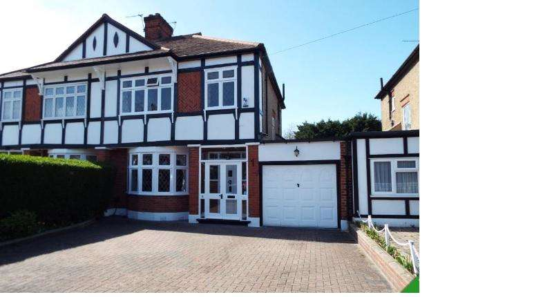 3 Bedrooms House for rent in Chalgrove Crescent, Clayhall IG5