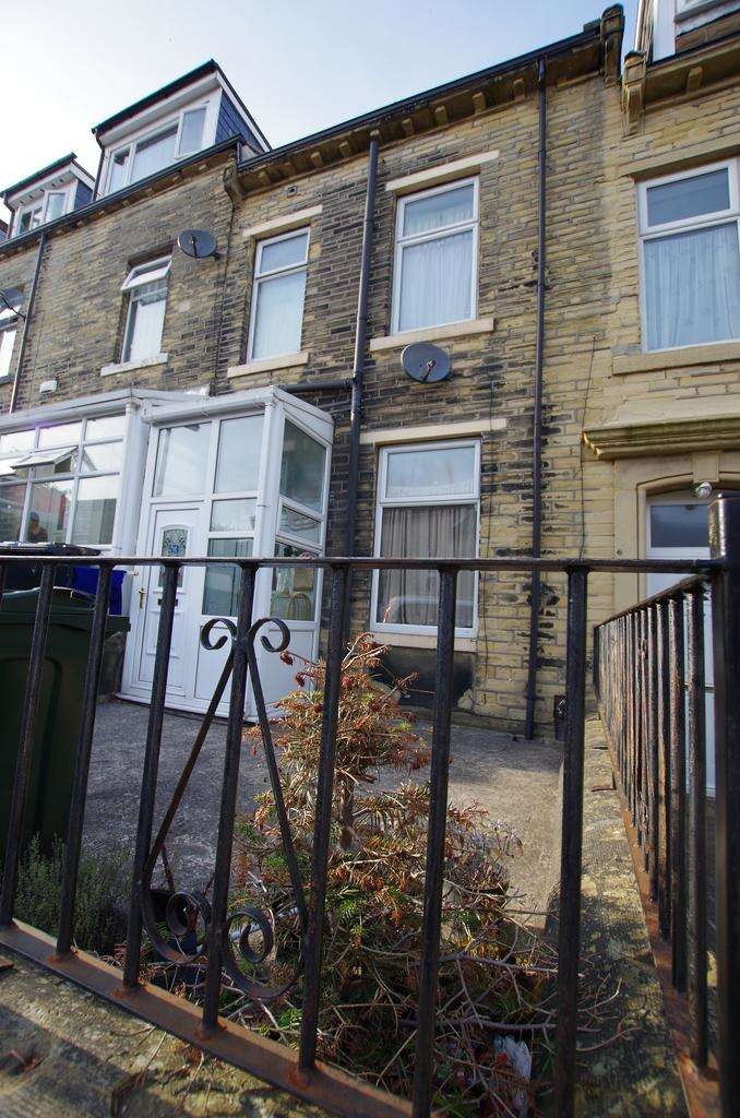 2 Bedrooms Terraced House for sale in Lily Street, Bradford, West Yorkshire, BD8 7PQ