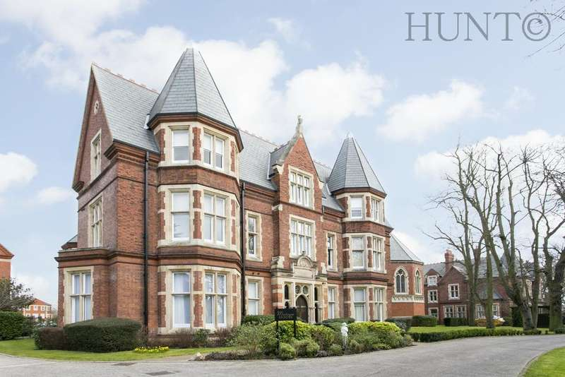 2 Bedrooms Penthouse Flat for sale in Montague House, Repton Park, Woodford Green, Essex IG8