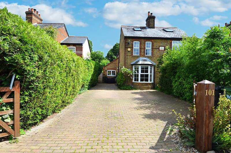 4 Bedrooms Semi Detached House for sale in Straight Bit, Flackwell Heath, HP10