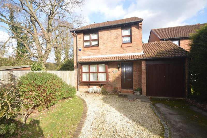 4 Bedrooms Detached House for sale in Fisher Close, WALTON ON THAMES KT12