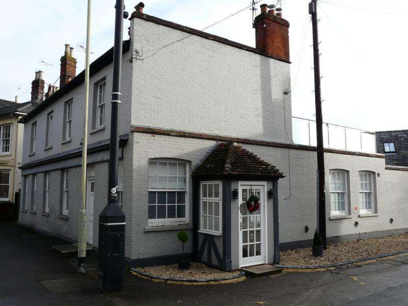 3 Bedrooms Apartment Flat for sale in Charnham Street, Hungerford, RG17