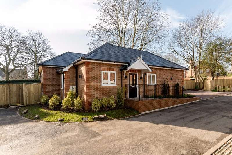 2 Bedrooms Detached Bungalow for sale in Virginia Water