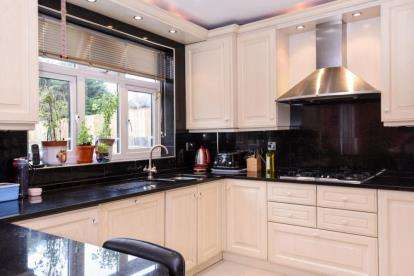 5 Bedrooms Semi Detached House for sale in Francklyn Gardens, Edgware