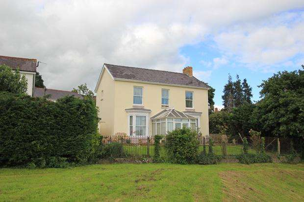 4 Bedrooms Detached House for sale in Longacre Road, Carmarthen, Carmarthenshire
