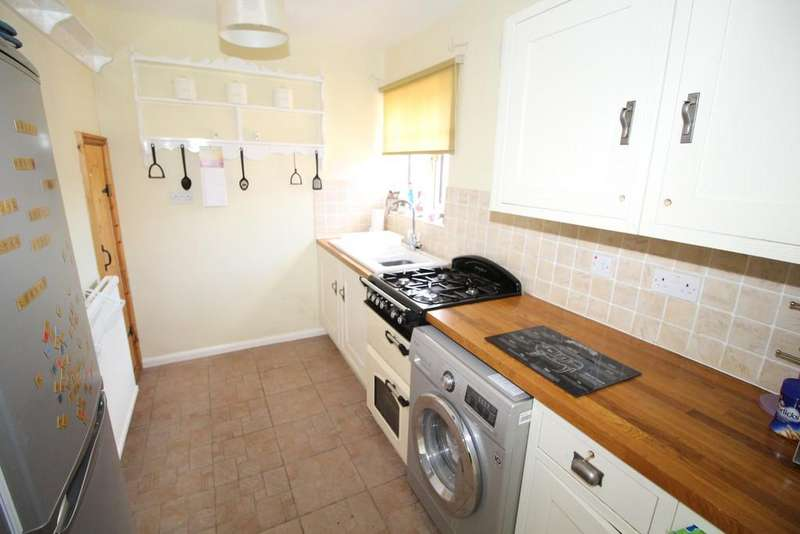 2 Bedrooms Semi Detached Bungalow for sale in 47 Manor Drive,North Featherstone