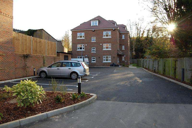 2 Bedrooms Flat for sale in Crescent Road, Caterham, CR3