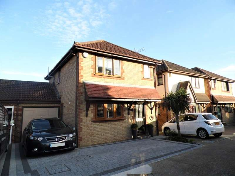 3 Bedrooms Link Detached House for sale in Moat Rise, Rayleigh
