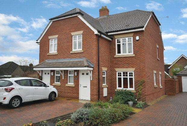 4 Bedrooms Semi Detached House for sale in Selcourt Close, Woodley, Reading,